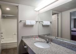 戴斯酒店 - 普罗沃 - 普罗沃 - 浴室
