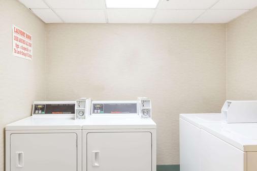 纽瓦克机场温德姆豪生酒店 - 纽瓦克 - 洗衣设备