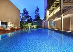 阿斯顿巴斯德酒店 - 万隆 - 游泳池