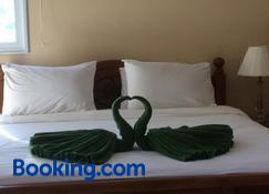 纳新海滩服务公寓 - 普吉岛 - 睡房