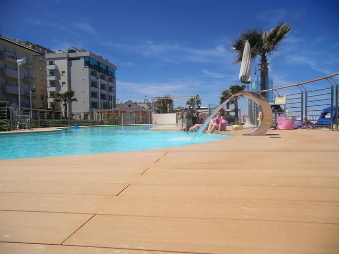 康莫多雷酒店 - 里乔内 - 游泳池