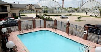 游侠套房酒店 - 阿林顿 - 游泳池