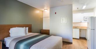 纳许维尔 - 机场与布莱利大道家乡开放式客房红屋顶酒店 - 纳什维尔 - 睡房