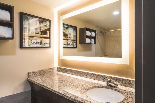 布鲁克林市中心拉奎恩塔套房酒店 - 布鲁克林 - 浴室