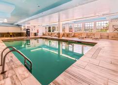 海滨品质套房酒店 - 加尔维斯敦 - 游泳池
