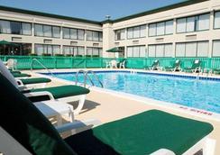 贝克利品质酒店 - 贝克利 - 游泳池