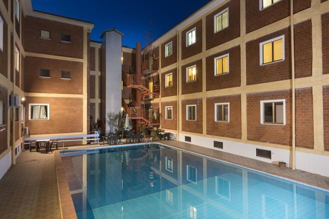 奇缇酒店 - 阿尔扎凯纳 - 游泳池