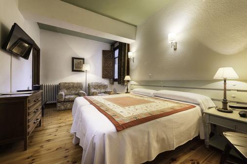 阿斯纳尔伯爵酒店 - 哈卡 - 睡房