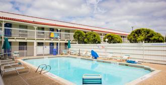 奥斯汀城6汽车旅馆 - 奥斯汀 - 游泳池