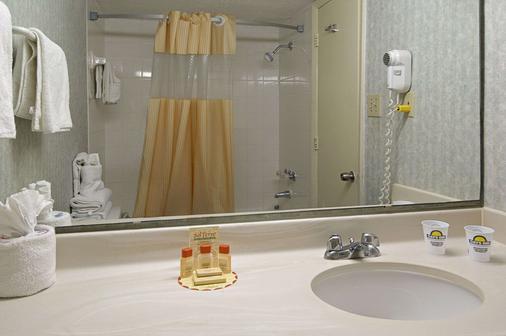 格兰德海滩戴斯酒店 - 默特尔比奇 - 浴室