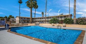 布耶纳罗德威套房酒店 - 布莱斯 - 游泳池