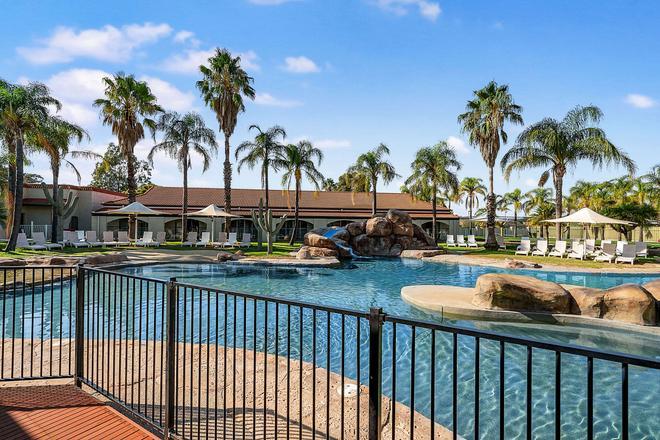 西斯塔品质度假村 - 奥尔伯里 - 游泳池