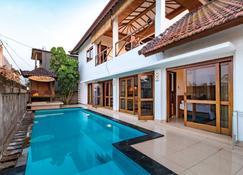 梅迪威冲浪别墅酒店 - Pekutatan - 游泳池
