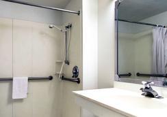 诺默尔 - 布卢明顿地区6号汽车旅馆 - 布卢明顿 - 浴室