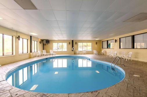 列克星敦品质酒店及套房 - Lexington - 游泳池