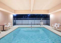 弗雷斯诺西北华美达酒店 - 弗雷斯诺 - 游泳池