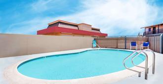 旅游洛吉酒店 - 巴斯托 - 游泳池