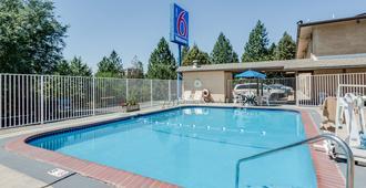 斯波坎西市区6号汽车旅馆 - 斯波坎 - 游泳池