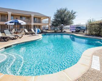 麦金尼戴斯酒店 - 麦金尼 - 游泳池