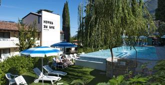 马尔切西内湖滨酒店 - 马尔切西内 - 游泳池
