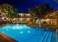 贝斯特韦斯特普拉斯恩西纳套房酒店 - 圣巴巴拉 - 游泳池