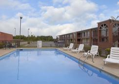 琼斯伯勒戴斯酒店 - 琼斯伯勒 - 游泳池