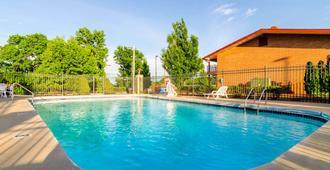 肖尼依可诺奇套房I-35号旅馆 - 欧弗兰帕克 - 游泳池