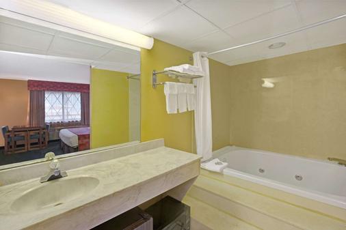 加特林堡市区会议中心速8酒店 - 加特林堡 - 浴室