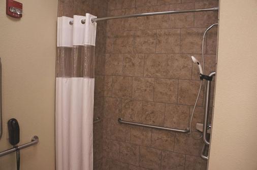 俾斯麦温德姆拉昆塔套房酒店 - 俾斯麦 - 浴室