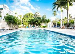旅行者棕榈酒店 - Holetown - 游泳池