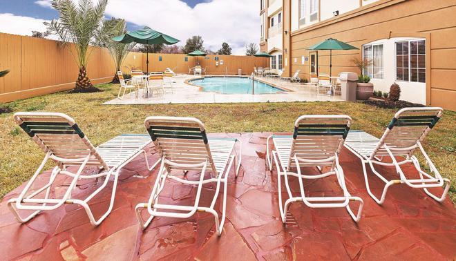 休斯敦霍比机场温德姆拉昆塔套房酒店 - 休斯顿 - 游泳池