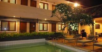 巴里拉机场酒店 - 库塔 - 游泳池