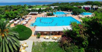卡拉维尔海滩酒店 - 科斯镇 - 游泳池