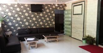 孟买大海金沙宾馆 - 孟买 - 客厅