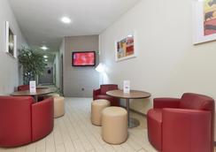 尚佩雷勒瓦卢瓦门巴黎西钟楼酒店 - 勒瓦卢瓦-佩雷 - 休息厅
