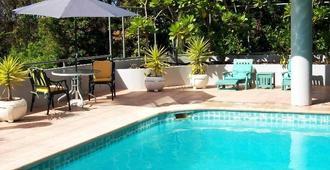 塔卡普纳海滩柏宁汽车旅馆 - 奥克兰 - 游泳池