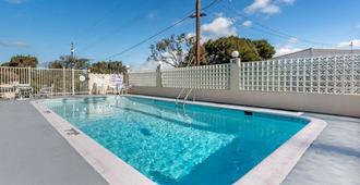 蒙特雷品质酒店 - 蒙特雷 - 游泳池
