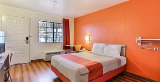 蒙特利区萨利纳斯北6号汽车旅馆 - 萨利纳斯 - 睡房