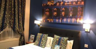 基里亚德萨穆尔中央酒店 - 索米尔 - 睡房