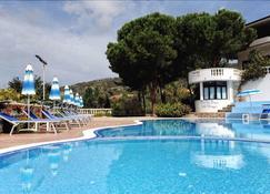 维拉吉奥皮内塔佩托比安科酒店 - 里卡迪 - 游泳池