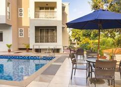 拉维达套房公寓 - 阿伯来 - 游泳池