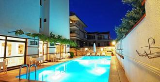 拜拉姆酒店 - 切什梅 - 游泳池