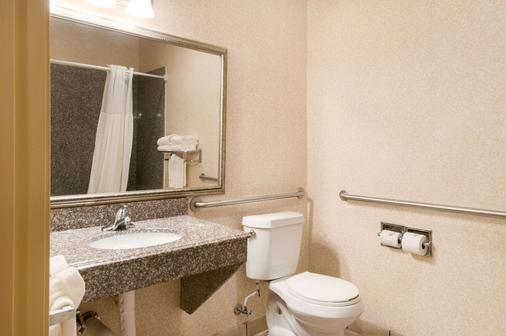 品质套房酒店 - 霍马 - 浴室