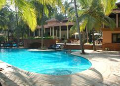 椰子溪度假村 - 莫尔穆岗 - 游泳池