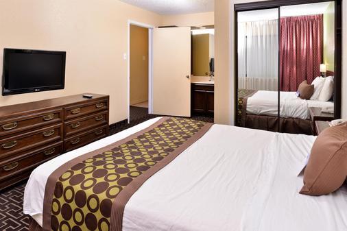 塔尔萨长住美洲最佳价值套房酒店 - 图尔萨 - 睡房