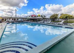 佛罗里达市经济型住宿酒店 - 佛罗里达城 - 游泳池