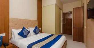 OYO 3663 七山酒店 - 孟买 - 睡房