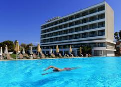 爱若特埃切利亚海滩酒店 - 卡斯泰洛坎普斯 - 游泳池
