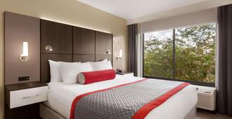 奥兰多国际机场华美达套房酒店 - 奥兰多 - 睡房