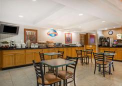 普莱恩菲尔德-印第安纳波利斯机场贝蒙特套房酒店 - 平原镇 - 餐馆